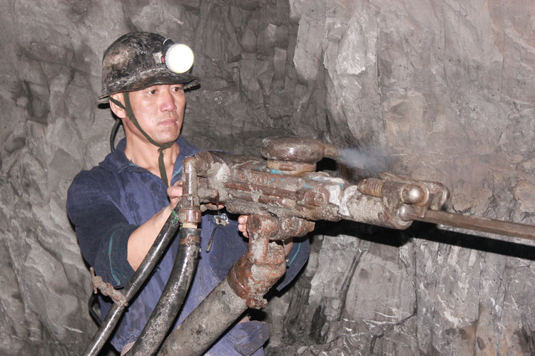 著名作家魏巍曾写过朝鲜战场上那些保家卫国的解放军战士,称他们是最可爱的人。而在当今和平年代,仍有一群感动着我们,每天辛苦劳动,默默为我们优越的物质生活提供能源保障的最可爱的人。 他们就是——矿井建设工人。 在重庆能源集团巨能千牛建设公司盐井二矿项目部,有这么一群矿井建设工人,他们自盐井二矿开工建设以来,从未出过安全事故,而且工程任务从来都是保质保量的完成,为企业的发展贡献了他们的力量。 他们就是千牛建设公司的优秀班组——周道兵掘进班。 早上六点,当许多人都还